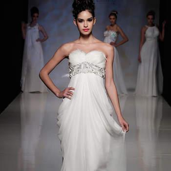 Da Grécia ao glamour dos anos 20, os vestidos de noiva Anoushka G 2013 estão repletos de elegância e looks para noivas que apreciam o estilo vintage. Veja essas fotos e inspire-se!! Fotos: ©Anoushka G na White Gallery Londres