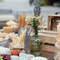 Cajas de madera y botes de cristal antiguos para el corner de embutidos. Credits: Kiwo