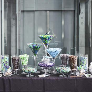 Dulces en diferentes gamas de azules, almendras, mentas y cubiertos de chocolate.