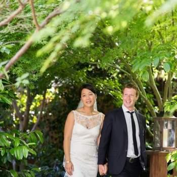 """O decote do vestido de noiva de Priscilla Chan, a """"Sra. Facebook"""", assinala uma das tendências da estação: cai-cai por baixo e renda ou outra transparência por cima, uma combinação a que espanhóis e anglófonos chamam de """"decote ilusão""""."""
