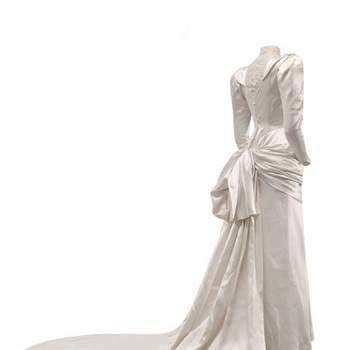 Robe de mariée avec joli noeud à l'arrière avec longue traîne. Photo : Balenciaga