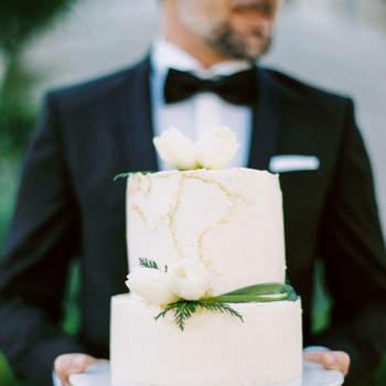 São os detalhes que podem fazer a diferença nos bolos de casamento simples | Créditos: Bakewell |  Foto: Passionate