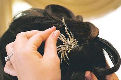 Una de las formas de destacar el vestido de novia es combinar adecuadamente las joyas. Foto: Concha Molina