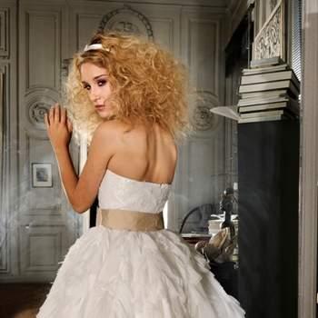 Robe de mariée Max Chaoul 2012, collection I Love You. Modèle Gassin. Robe bustier courte avec ceinture beige. Source : Max Chaoul