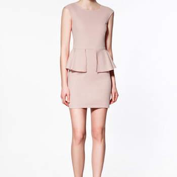 Modèle Zara bien ajusté. Une robe courte avec une basque à la taille. Au top pour un mariage ! Photo : www.zara.com