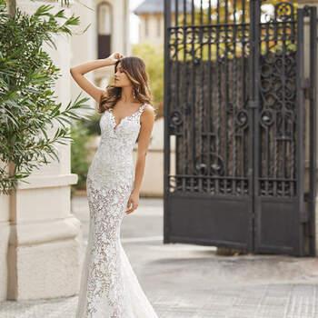 O modelo estilo sereia Teana em renda é atrevido e pleno de glamour, perfeito para casar na praia. Destaque para os enfeites florais ao longo do comprimento e a saia transparente com cauda, tal como as sensuais costas abertas. | Rosa Clará 2021