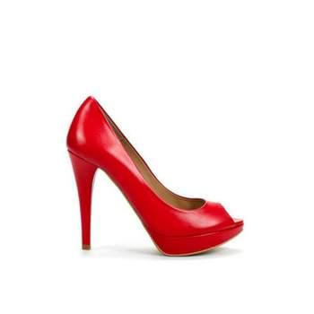 Escarpins Zara rouges à talons hauts et légèrement vernis. - Source : Zara