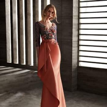 Vestido de fiesta de manga larga con cuerpo de flores bordadas y falda larga color teja.