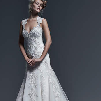 """La dentelle de cette robe gagne en élégance et lumière par le biais de  cristaux Swarovski étincelants. La coupe en A ajoutée à ce somptueux décolleté est le couple parfait.    <a href=""""http://www.sotteroandmidgley.com/dress.aspx?style=5SR604"""" target=""""_blank"""">Sottero &amp; Midgley</a>"""