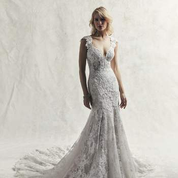 Vestido de novia con encaje ultra romántico que presenta motivos brillantes sobre un tul texturizado.