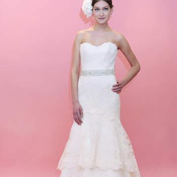 Robe de mariée bustier en dentelle avec ravissante petite ceinture. Volant au genou qui donne une touche romantique à ce modèle Badgley Mischka.