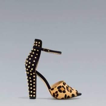 Nossos looks nos casamentos devem estar impecáveis e seguir nossa personalidade. Estes sapatos da Zara, cheios de detalhes, como broches e ''pregos'' são perfeitos para estilos modernos e diferentes. Inspire-se!