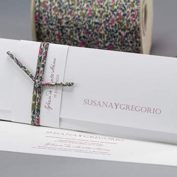 """Foto: <a href=""""https://www.zankyou.es/f/invitaciones-de-boda-you-and-me-2172"""">Invitaciones Creativas</a>"""