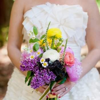 Version fleurs des champs, ce bouquet de mariée colorée joue la carte naturelle. - Source : Style Me Pretty