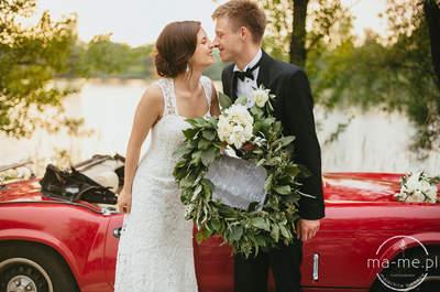 Sesja ślubna w asyście czerwonego retro auta, szklarni i zieleni paproci!