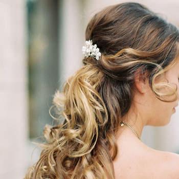 Cabelo de noiva semi  preso   Credits: Simply Sarah Photography