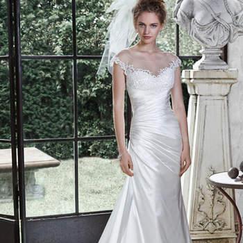 """Decote ilusão recatado, acentuado com apliques de renda, adornam este vestido de noiva de cetim linha A elegante Odara Crepe, com corpete plissado assimétrico, com apliques de renda. Acabamento com botões cobertos e feche com zíper.   <a href=""""http://www.maggiesottero.com/dress.aspx?style=5MN691"""" target=""""_blank"""">Maggie Sottero</a>"""