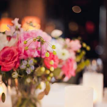 Lassen Sie sich von Ihrem Floristen Blumen Arrangements für die Tischdeko zusammenstellen. Foto: 2Rings Trouwfotografie (Holland)
