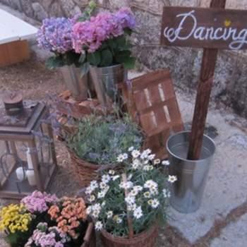 La madrea, el latón y las flores de diferentes colores, como lavanda, trigo, paniculata o margaritas, marcaron la decoración ideada por oh!myWedding. Foto: oh!myWedding. http://www.ohmywedding.es/