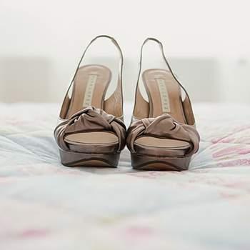 Chaussures peep-toe à noeud prises par attitudefotografia.