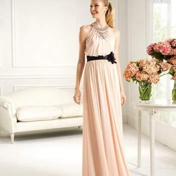 Abito color rosa cipria in chiffon con cintura nera in contrasto