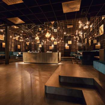 GAGA: Über den Dächern Hamburgs empfängt Sie das GAGA auf 500 m² Fläche als Kulisse für Ihre unvergessliche Hochzeit. Begeistern Sie Ihre Gäste mit einer Feier in der stilvoll in Gold- und Cyantönen designten Location.