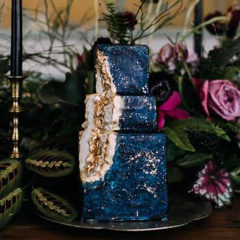 Foto: Love Me Do Photography - Pastel de boda decorado estilo piedras cristal