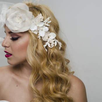 Para las novias que se casan en la playa tenemos este duo en banda y cintillo en flores de tela, una linda aplicación bordada y pétalos de flor con perlas que dan el look de sirena.