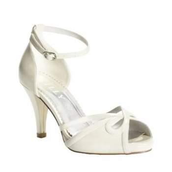 O sapato da noiva é um ítem fundamental do look, não só porque deve ser lindo, mas também precisa ser confortável. Os sapatos com salto baixo de Lilly unem comodidade com beleza para que a noiva possa ficar muitas horas em pé sem preocupação!