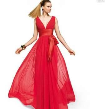 """Elegante e sensual, o vermelho é uma cor marcante para casamentos. Seja como madrinha ou como convidada, aposte na cor para estar linda! Veja os modelos da Pronovias e escolha o que mais se adapta ao seu estilo!Foto: <a href=""""http://zankyou.9nl.de/oss2"""" target=""""_blank"""">Pronovias</a>"""