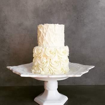 Os bolos de casamento simples podem ser decorados com texturas que conferem a diferença | Créditos: Açúcar À La Carte