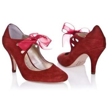 Ravissantes chaussures rouge à la touche légèrement vintage. De jolis talons et un noeud en tulle : au top avec une robe de mariée. Source : Rachel Simpson