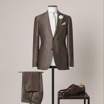 Graubrauner 2-teiliger Hochzeitsanzug mit 2 Knöpfen aus einer Mischung von Wolle und Seide mit fallendem Revers.