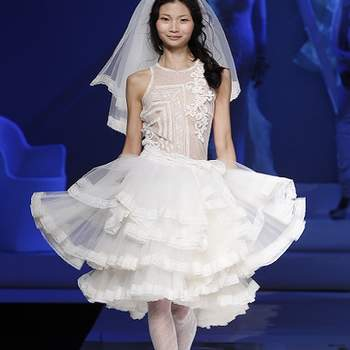 Robe courte volumineuse à volants, façon danseuse. Photo : Barcelona Bridal Week.
