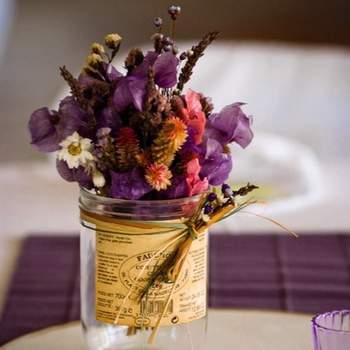 Frasco tradicional en vidrio con marquilla vieja para flores silvestres o podría ser flores secas.