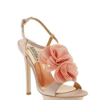 Des sandales Badgely Mischka accessoirisées de jolies fleurs colorées à l'avant. Source : Badgely Mischka