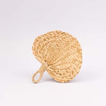 Abanico pequeño de mimbre tejido - Compra en The Wedding Shop