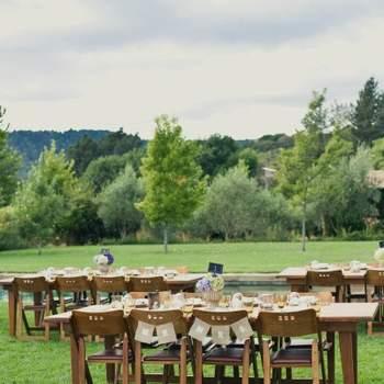 """Chaises de mariage décorées à l'aide de banderolles """"Mr"""" & """"Mrs"""" ! Une bonne façon pour placer les mariés à table. Source : Style Me Pretty"""