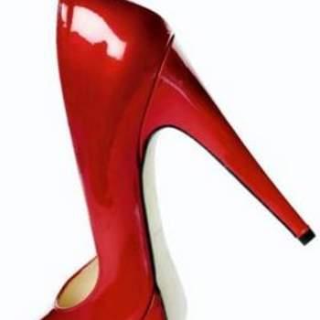 Escarpins compensés rouges Baldowski à talons aiguilles. - Source : Baldowski