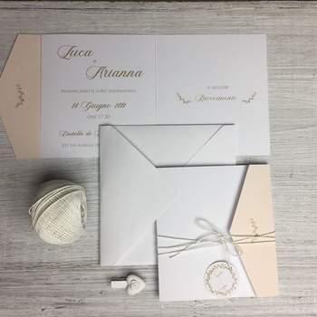 Papermoon Design: Coordinato pocketfold colore oro e pesca con accessori per arricchire la partecipazione.