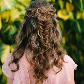 Penteado para noiva com cabelo semi preso e trança   Crédito: Benjamin Hewitt Photography