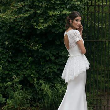 Modelo 44040, vestido de novia de manga corta con escote corazón y peplum de encaje en la cadera.