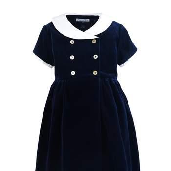 Con este vestido de terciopelo azul marino tu pequeña no pasará desapercibida. Foto: Óscar de la Renta