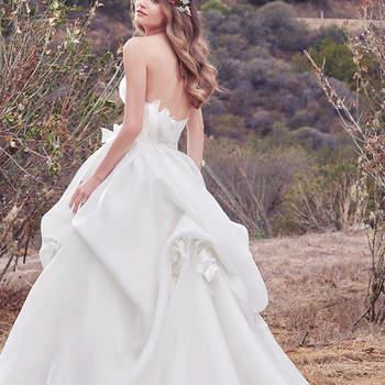 Das Brautkleid Meredith besticht mit einer außergewöhnlichen Rüschung – nicht nur vorne, sondern auch hinten.