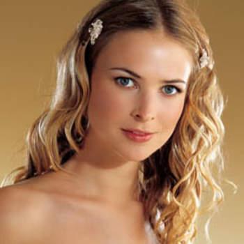 Des cheveux lâchés, légèrement ondulés avec des petites barrettes : le chic naturel ! Crédits : oggisposa.it