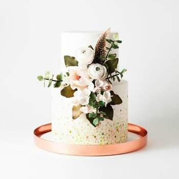Foto: Cake Ink - Pastel de dos pisos adornado con flores y plumas