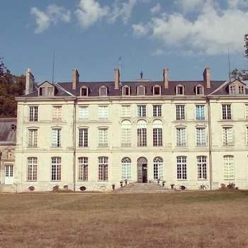 Photo : Château de Freschines - Cadre idyllique sous les étoiles, tentes romantiques, prairies verdoyantes, bâtisse historique... Que pourriez-vous bien espérer de plus ?