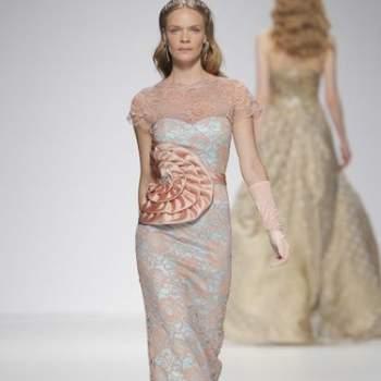Длинное вечернее платье с большой апликацией на талии, с узкой юбкой.