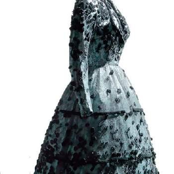 Robe de mariée noire et blanche, coupe impeccable, broderies raffinées. Photo : Balenciaga