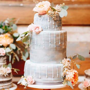 Inspiração para estilo Drip Cake em bolos de casamento de 3 andares | Créditos: Darling Juliet Photography